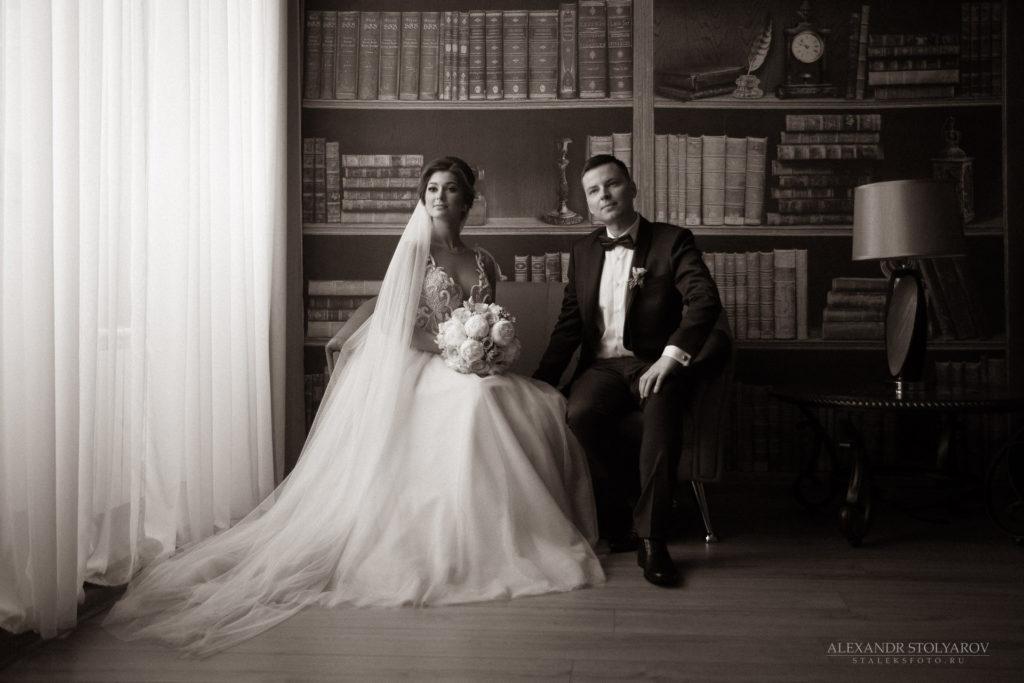 Чёрно-белое фото молодожёнов в ЗАГСе