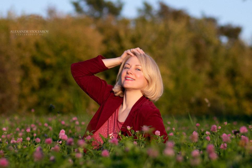 Портрет девушки на клеверном поле